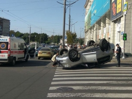 В центре Харькова на крышу перевернулся джип Land Cruiser .